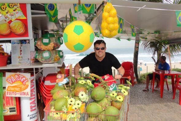 El agua de coco está a la venta en todas partes en las playas de Río de...