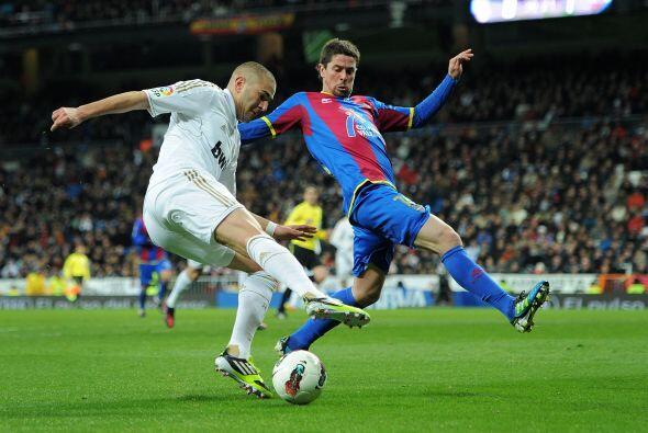 Karim Benzema se vio muy pegado a la banda derecha y de ahí mandó un cen...