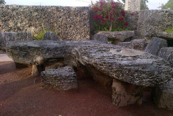 Una de las esculturas es una mesa con la forma del estado de Florida que...