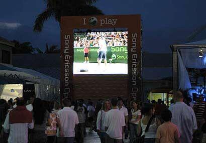 Inmensas pantallas de video siguen paso a paso lo que ocurre en las prin...