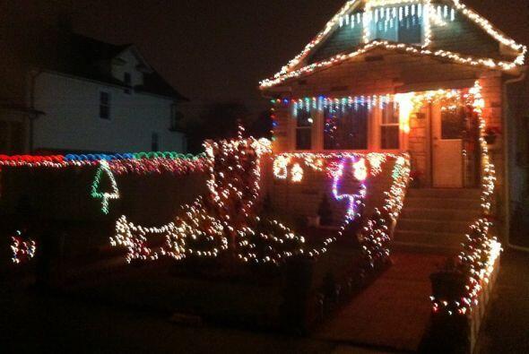 Jacqueline Carrasquendo decoró el exterior de su casa con muchas luces.