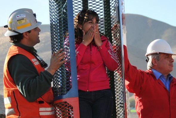 Carolina Lobos, su hija, prueba emocionada la cápsula donde fueron resca...