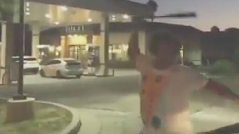 En video: Un sujeto golpea un auto con un bate y luego amenaza al conduc...