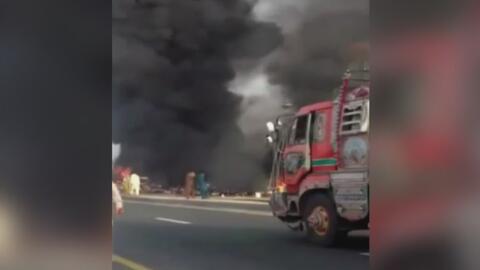 En video, un camión cargado de gasolina estalló y al menos 150 personas...