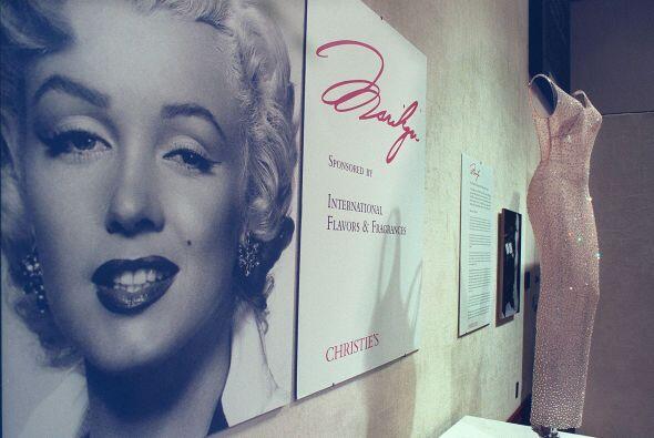 De igual manera la casa Chistie's subastó el vestido que llevaba Marilyn...