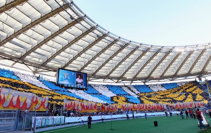 Con el tiempo, los aficionados de la Lazio se tomaron la tribuna norte d...