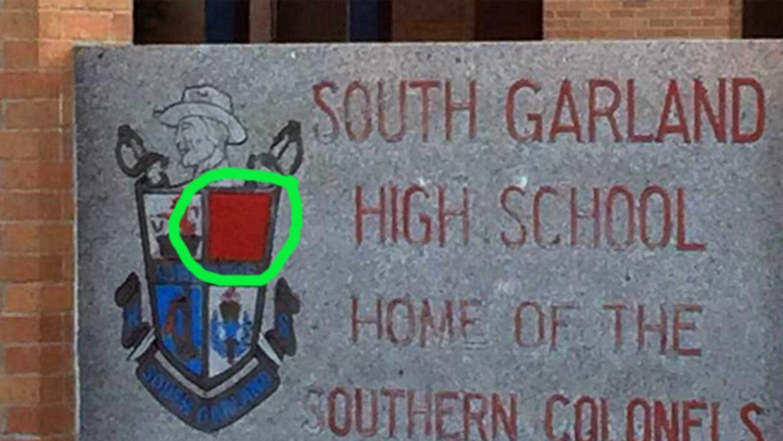 La bandera confederada ya no existe en la placa a la entrada de la escuela
