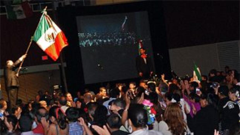 Mexicanos gritaron por el Bicentenario de la  Independencia junto con el...