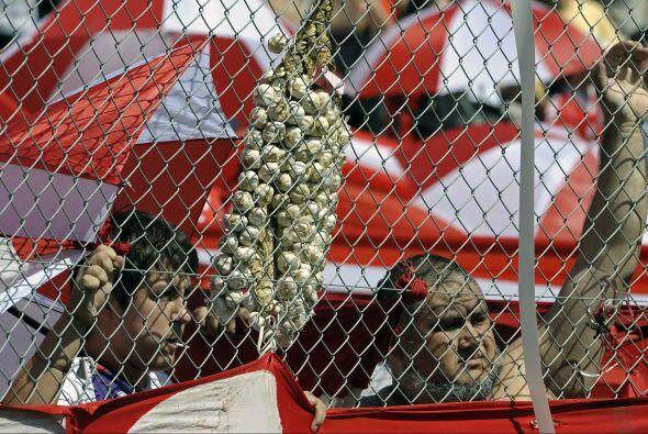 ¿Y esto? Dos aficionados del club Independiente de Argentina respaldan a...