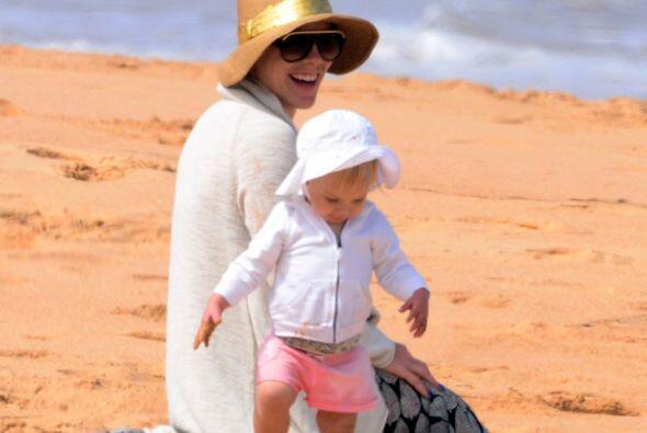 En familia aprovechan sus días libres, y la playa es uno de los lugares...
