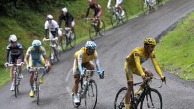 Alberto Contador liderando el grupo en el ascenso del Tourmalet