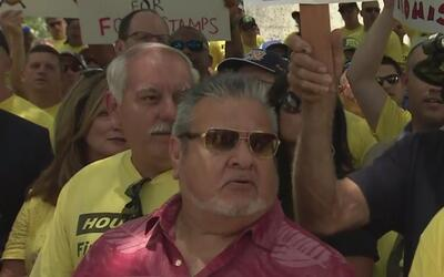 Los bomberos de Houston salen a protestar para exigir aumentos en sus sa...