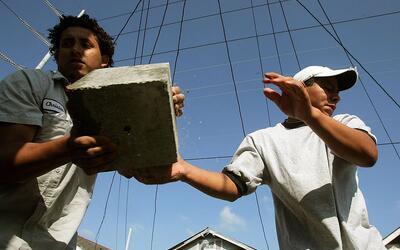 Dos trabajadores mexicanos trabajando en la reconstrucción de New...