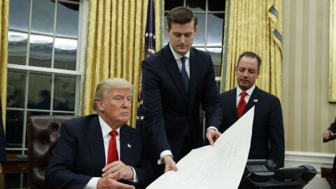 Rob Porter, secretario de gabinete de la Casa Blanca, de pie en el centr...