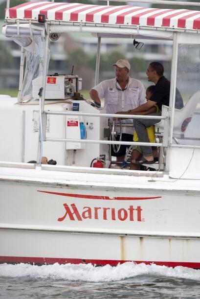 El presidente Barack Obama y su familia observaron marsopas y disfrutaro...