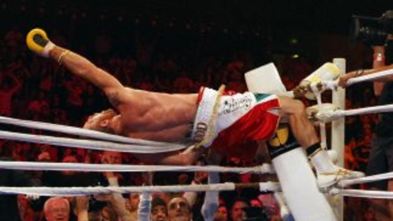Garth Wood celebra su victoria sobre Mundine.
