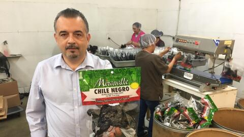 El empresario Omar Martínez en su empacadora de chiles secos en L...