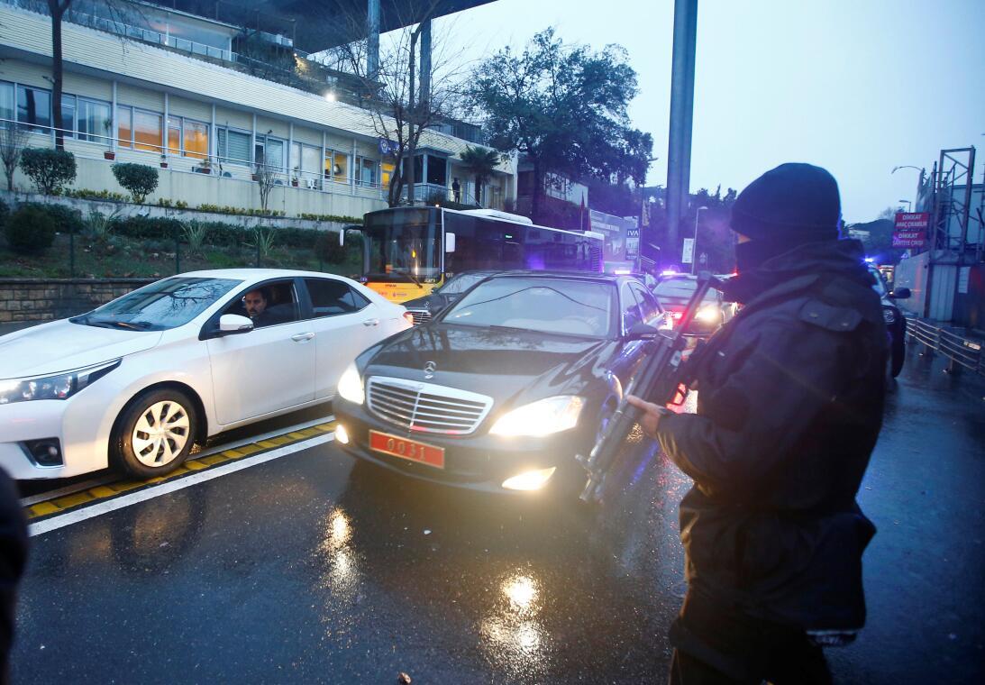 El ministro del Interior turco, Suleyman Soylu, fuertemente custodiado d...