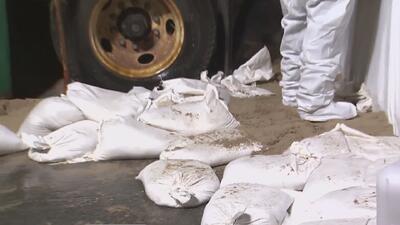 Con sacos de arena protegen de una inundación la zona donde explotó una tubería de vapor en Nueva York