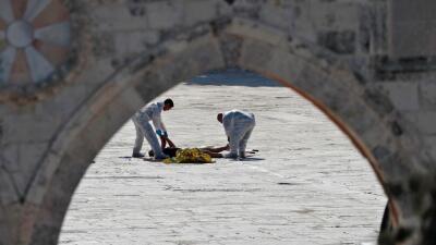 La policía de Israel revisa el lugar donde fueron asesinados dos de sus...