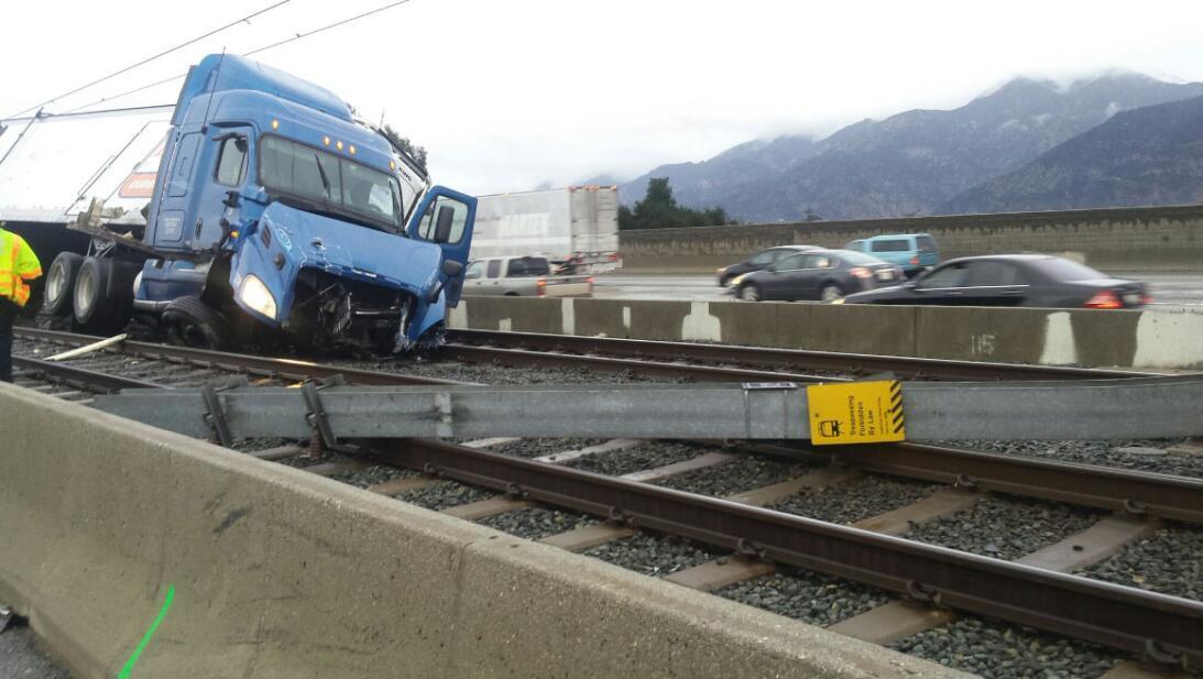 Un camión de carga se accidentó sobre la autopista 210 y quedó volcado s...