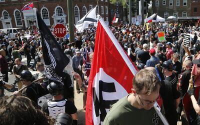 Un manifestante con una bandera nazi en Charlottesville