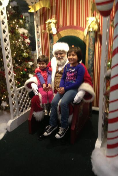 Estuardo Suarez compartió esta foto de sus hijas con Santa Claus.