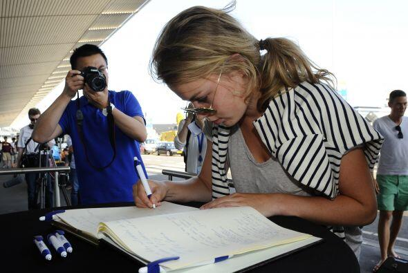 Una mujer firma un registro de condolencias en el aeropuerto de Schiphol.