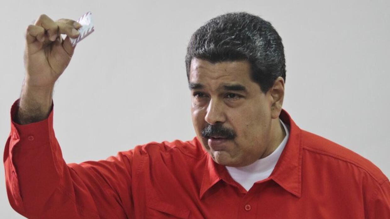 Nicolás Maduro al momento de votar, este domingo 30, en las elecciones d...