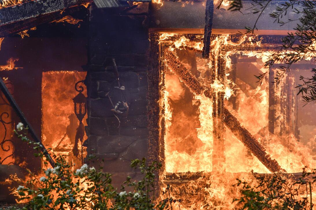 Bomberos en el sur de California trabajan para sofocar las llamas del &#...