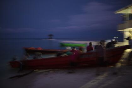 Jorge Gómez Santos, expresidente de la Asociación de Misquitos Hondureños de Buzos Lisiados, dijo que al menos 2,200 misquitos trabajan actualmente en los botes, y que desde 1980 al menos 1,300 han quedado afectados por el síndrome de descompresión. Gómez, quien usa una silla de ruedas para moverse, dijo que sólo en 2018 han muerto 14 buzos.
