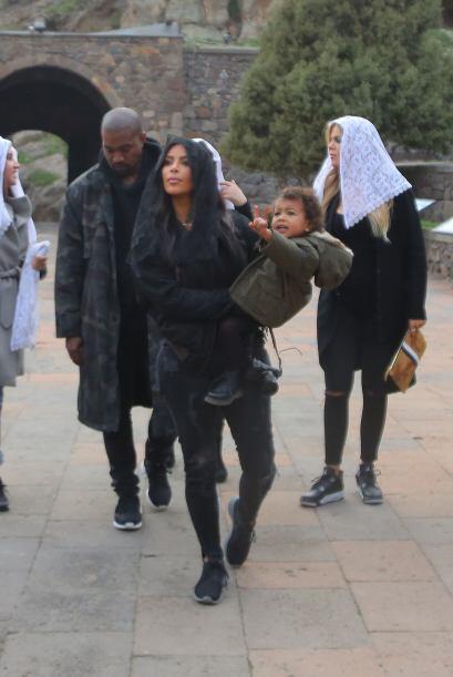 Kanye se puso efusivo hace unos días y cantó gratis en una plaza.