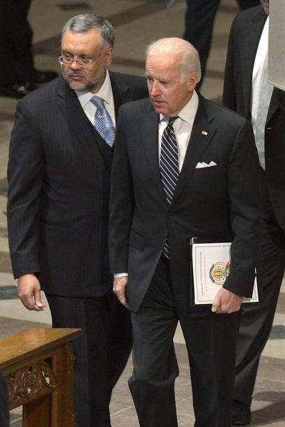 El vicepresidente estadounidense Joseph Biden y el embajador sudafricano...