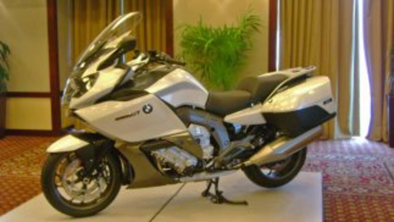 La BMW K 1600 GT es la primera motocicleta touring de la marca con motor...
