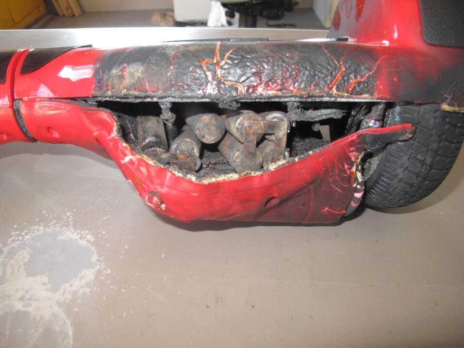 El hoverboard de los amigos de la familia Fox se quemó mientras cargaba...