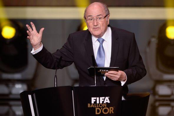 Joseph Blatter, máximo dirigente de la FIFA, subió al estrado.