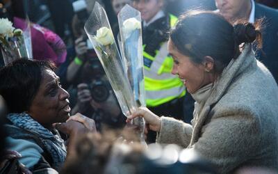 Con rosas blancas, admiradores le dieron la bienvenida a Meghan Markle,...