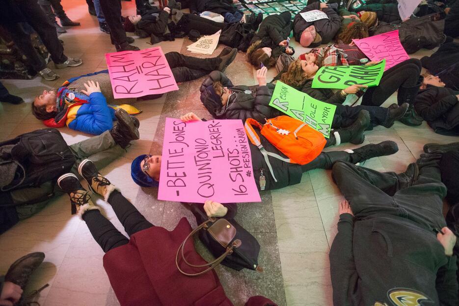Cientos de personas marcharon por el centro de la ciudad el 31 de diciem...