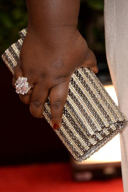 Un precioso 'clutch' en tonos dorados y perla lució la actriz Gabourey S...