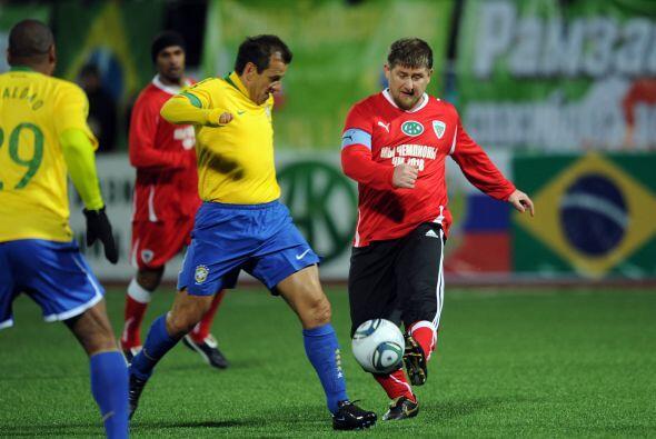 Dunga no largó del todo a la selección brasileña, sigue jugando, bueno,...