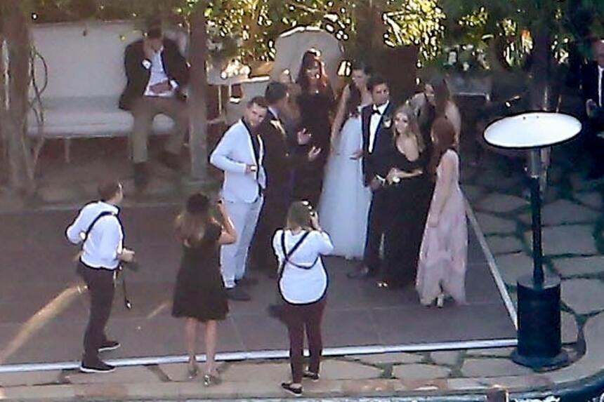 De acuerdo con las fotos de paparazzi, John Stamos y su esposa confían e...