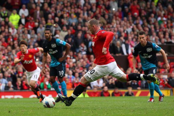 El árbitro marcó un penalti de Walcott sobre Evra y Rooney...