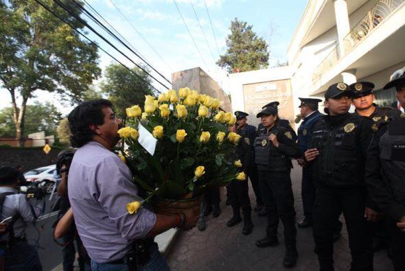 Policías resguardan el ingreso una donde fue trasladado el cuerpo del es...