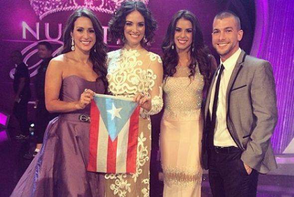 Vanessa y sus compatriotas boricuas dando muestra del orgullo tan gran d...