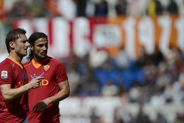 Además de Osvaldo, está el eterno capitán Francesco Totti, quien luce me...