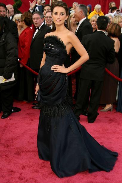 Tal parece que el negro es un básico para ella y en la entrega del Oscar...