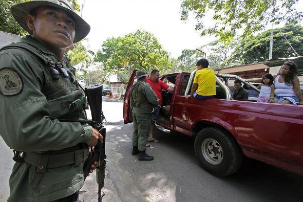 Soldados venezolanos montan guardia en un retén en San Antonio de Táchira.