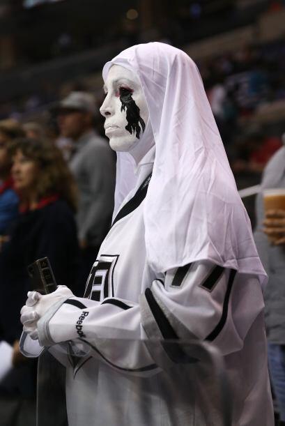 Imagina a esta espeluznante monja fantasma a tu lado mientras vas tranqu...
