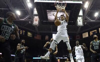 Giannis Antetokounmpo aportó 27 puntos para los Bucks.