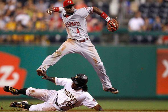 El segunda base Brandon Phillips de los reds de Cincinnati se llevó su s...